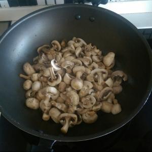 Pastă cu ciuperci şi sos de smântână