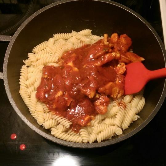 IMAG0363_1Fusili cu piept de pui şi sos de roșii