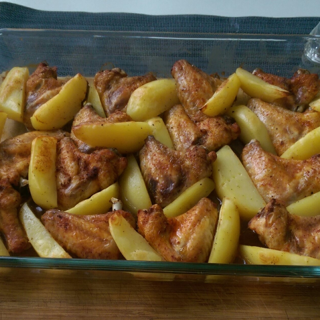 Aripi picante şi cartofi la cuptor