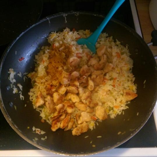 Punem orezul și amestecam.
