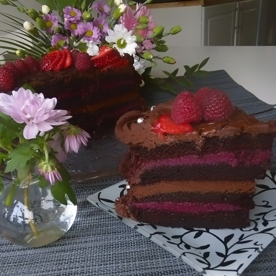 Tort vegan de ciocolata cu ganache de ciocolata si crema de visine