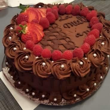 Tort vegan de ciocolată cu ganache de ciocolată și crema de vișine