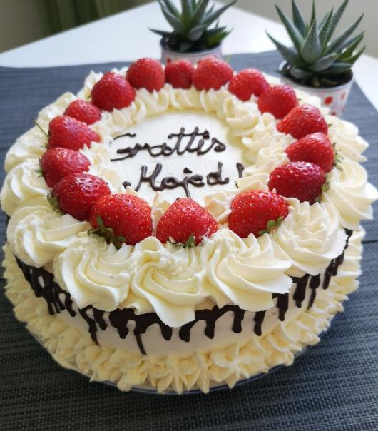 Tort de ciocolata și căpșuni