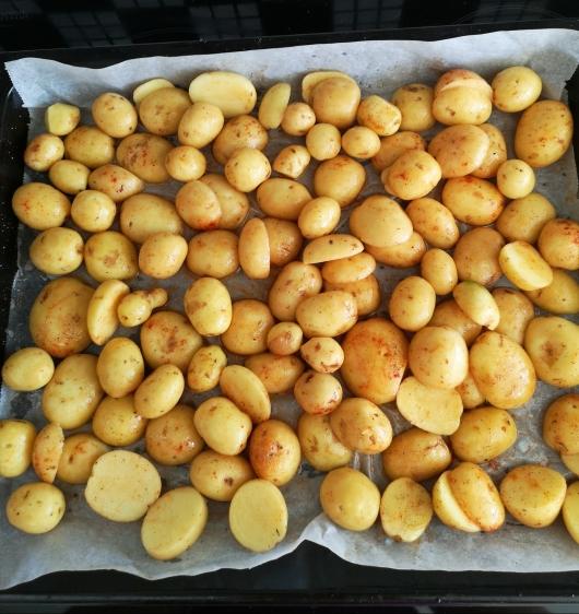 Cartofi noi la cuptor cu usturoi și unt