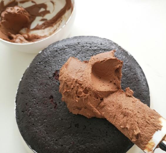Tort vegan cu cremă de ciocolată și capsuni