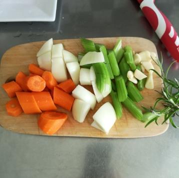 Pulpe de curcan la cuptor și sos de legume