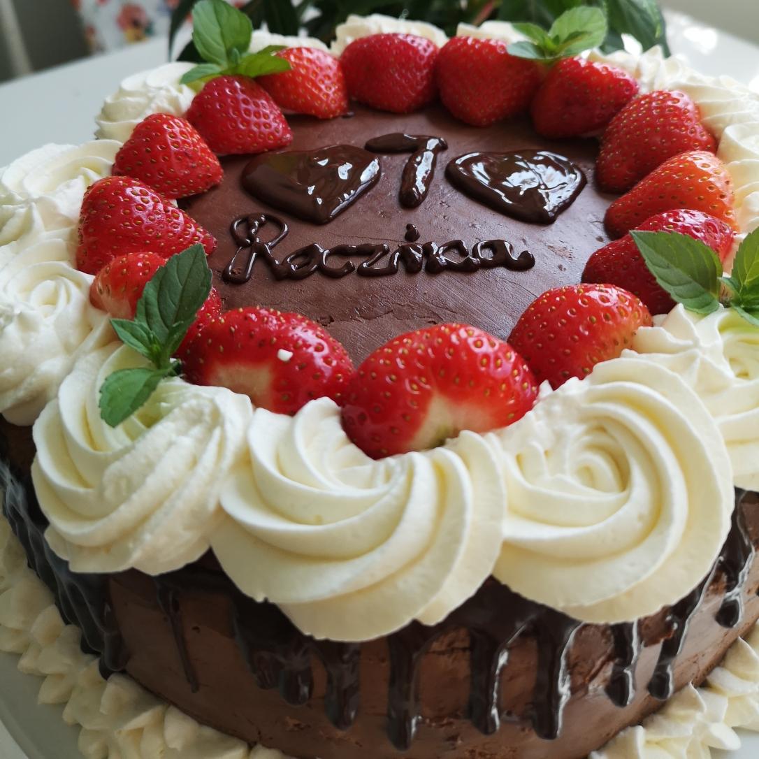 Tort de vanilie cu cremă din fructe de pădure, căpșuni și frișcă