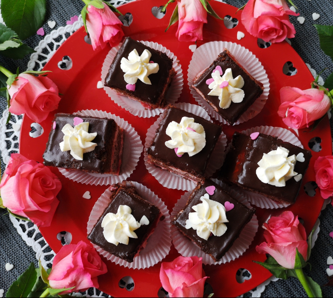Prăjitură cremoasă cu căpșuni