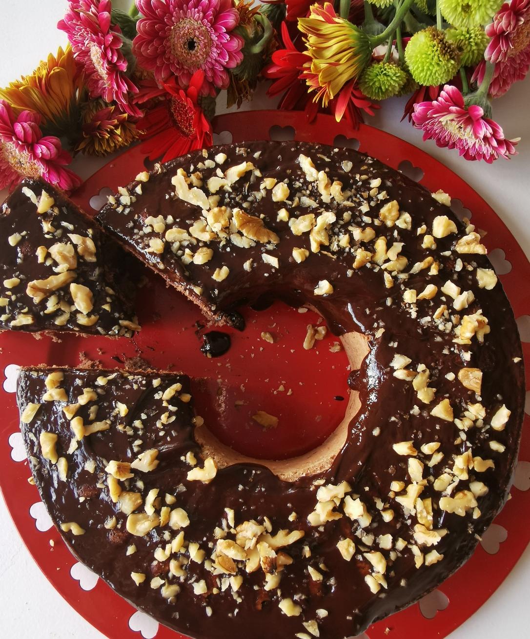 Chec cu cacao cu glazură de ciocolată și nuci